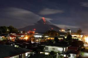 Improvvisa eruzione del vulcano Mayon