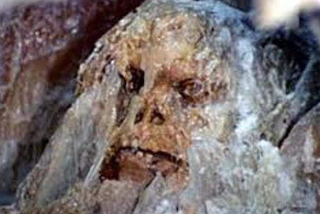 Uomo delle caverne congelato scoperto in himalaya u la macchina