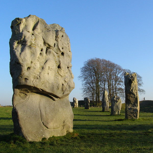 600px-Stone_10_and_others_in_great_ring_avebury_henge
