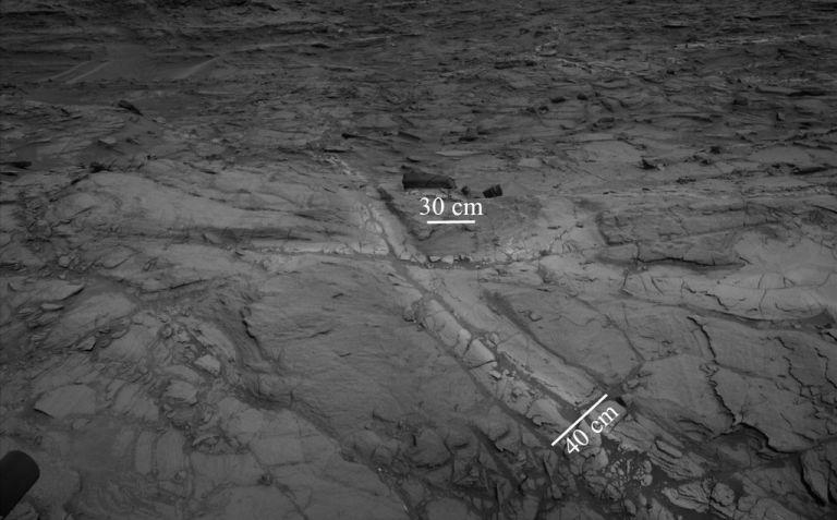 MSL-Curiosity-Discolored-Fracture-Zones-in-Martian-Sandstone-PIA21649-br2.jpg