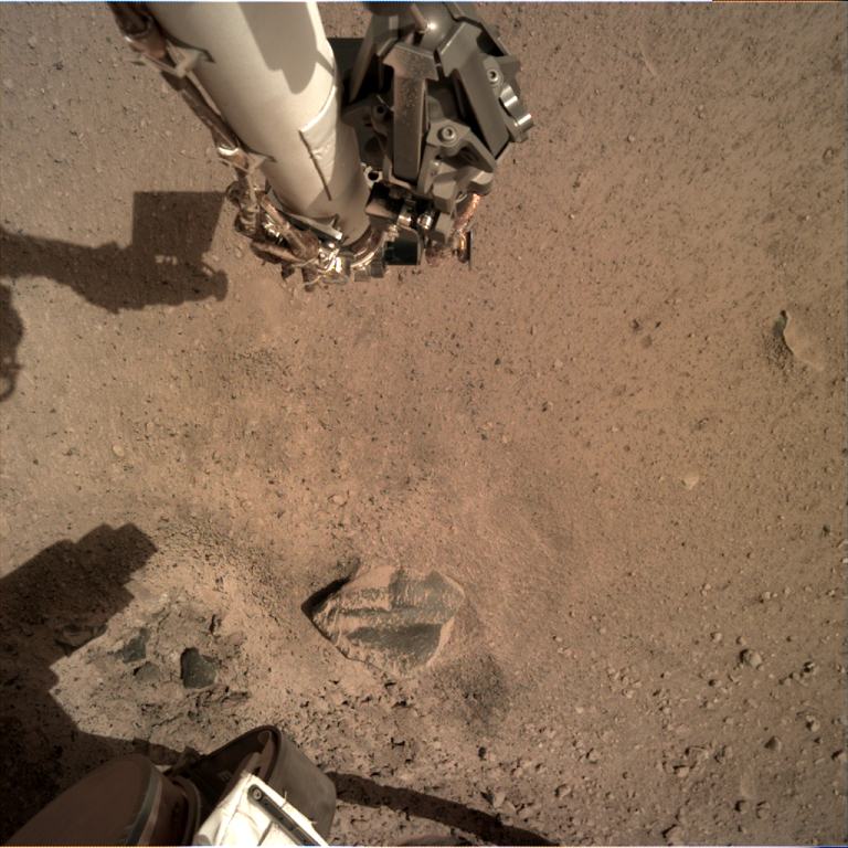 _mars.nasa.gov_insight-raw-images_surface_sol_0014_idc_D001L0014_597774194EDR_F0909_0010M_.PNG